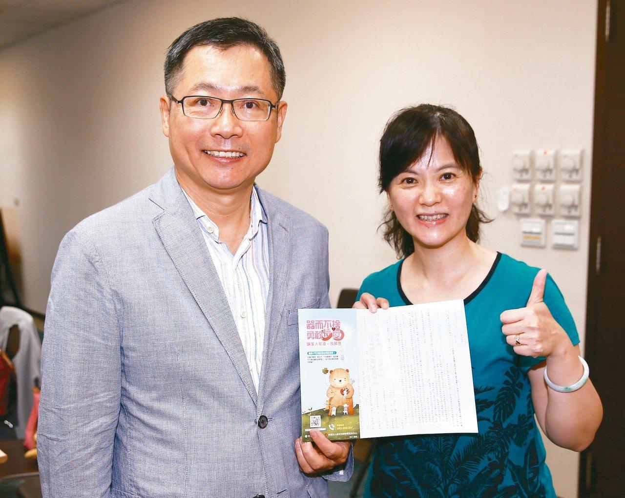 神腦國際董事長賴勁麟(左)昨天簽署器官捐贈認同卡,響應器捐。 記者杜建重/攝影