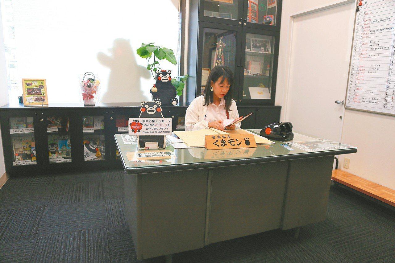 遊客還可以到熊本熊辦公室內辦公,體驗「部長」日常生活。 記者魏妤庭/攝影