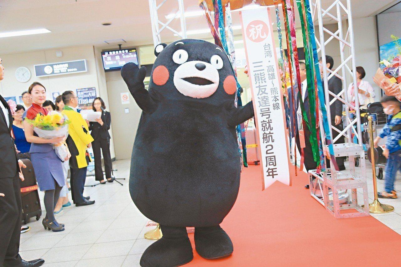 華航三熊彩繪機滿2周年,機場舉辦慶祝儀式,熊本熊也到場同樂。 記者魏妤庭/攝影