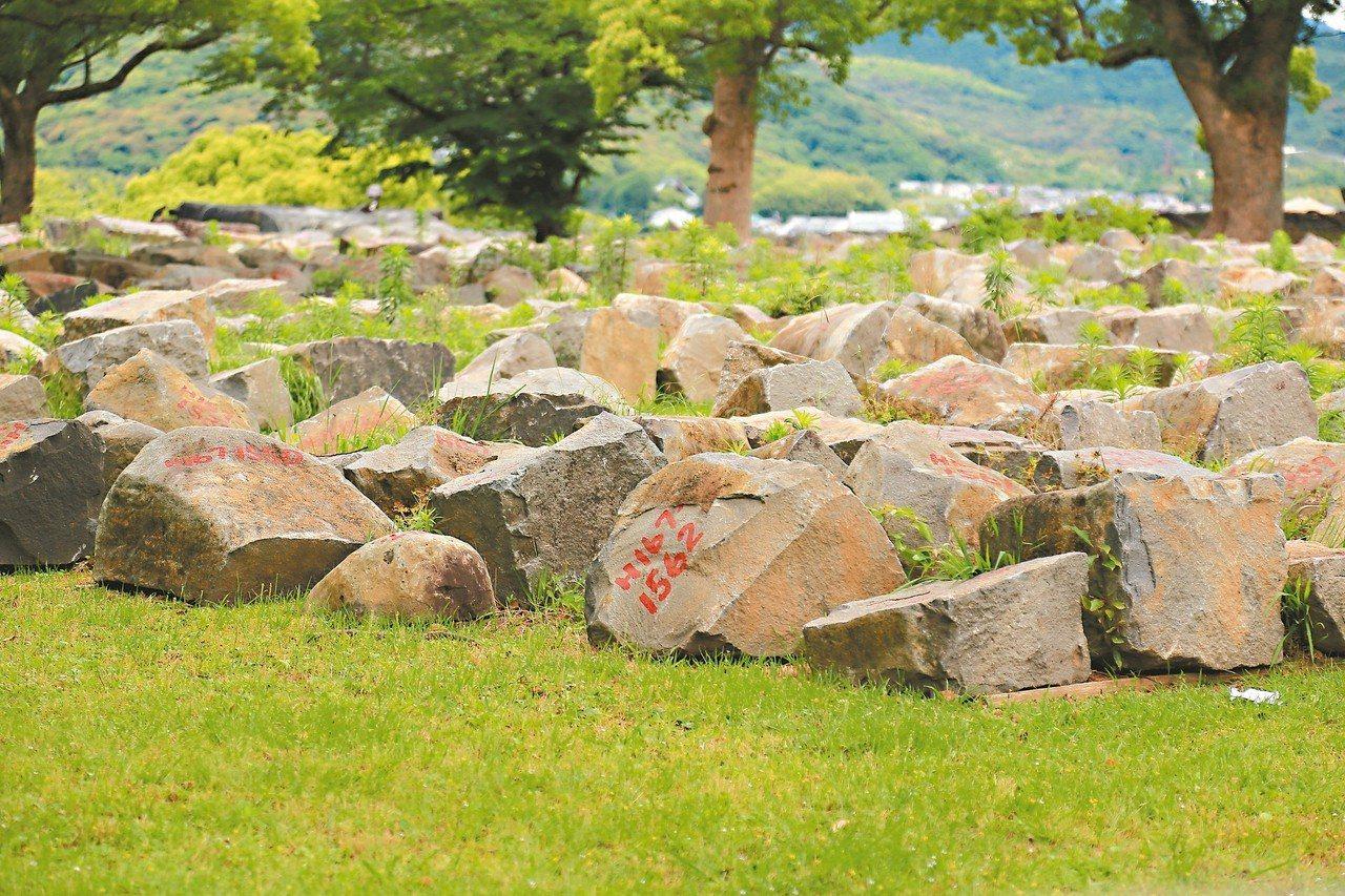 為了讓修復更順利,熊本城內的石塊皆一一編號,以便日後按順序疊上恢復原樣。 記者魏...