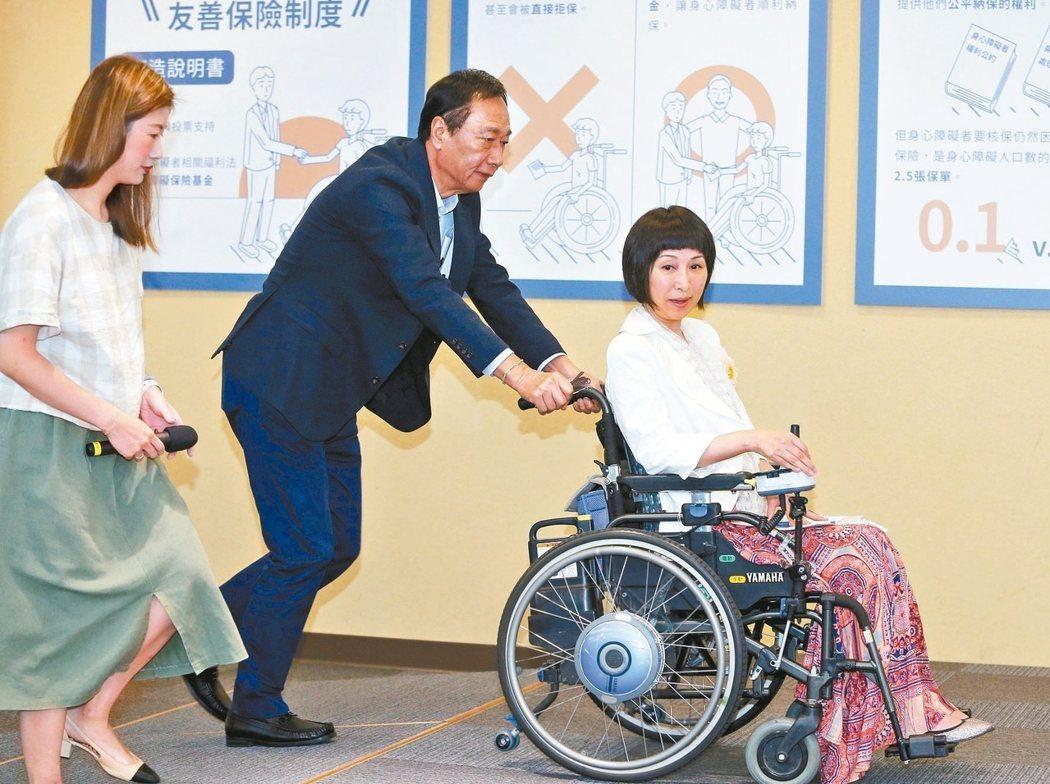 國民黨總統初選參選人郭台銘(中)昨天表示,當選後將以一百億成立身障保險基金。 記者曾吉松/攝影