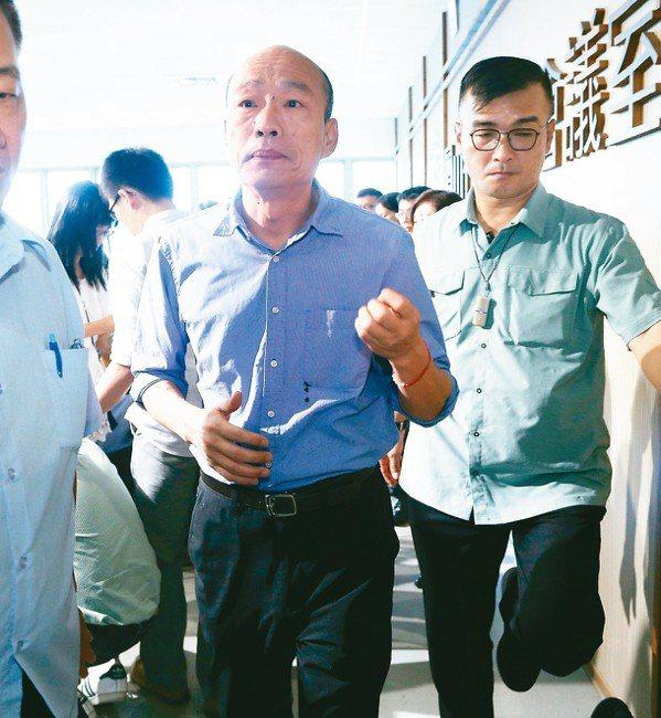 高雄市長韓國瑜(左)昨天說,民進黨藉著讓人民害怕感到台灣快消滅來爭取選票,是不負...