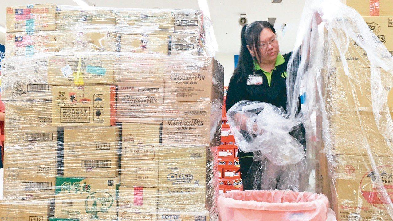 全台超過一五○家量販店,每天產生廿至四十公斤塑膠包膜。 記者吳姿賢/攝影