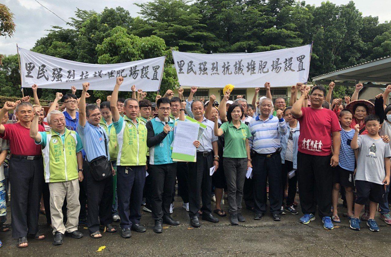 「農業循環資源利用研究中心」引來地方質疑,台南白河居民昨下午拉布條抗議。 圖/台...