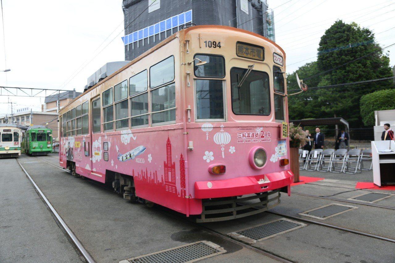 三熊友達彩繪市電車身有三熊彩繪,顏色也相當繽紛。 記者魏妤庭/攝影