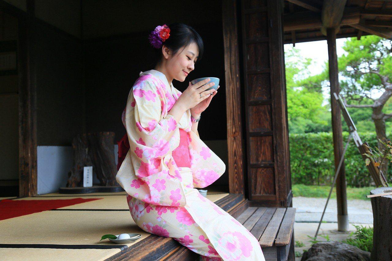 坐在茶屋內看庭園造景,一邊品嘗抹茶及和菓子。 記者魏妤庭/攝影
