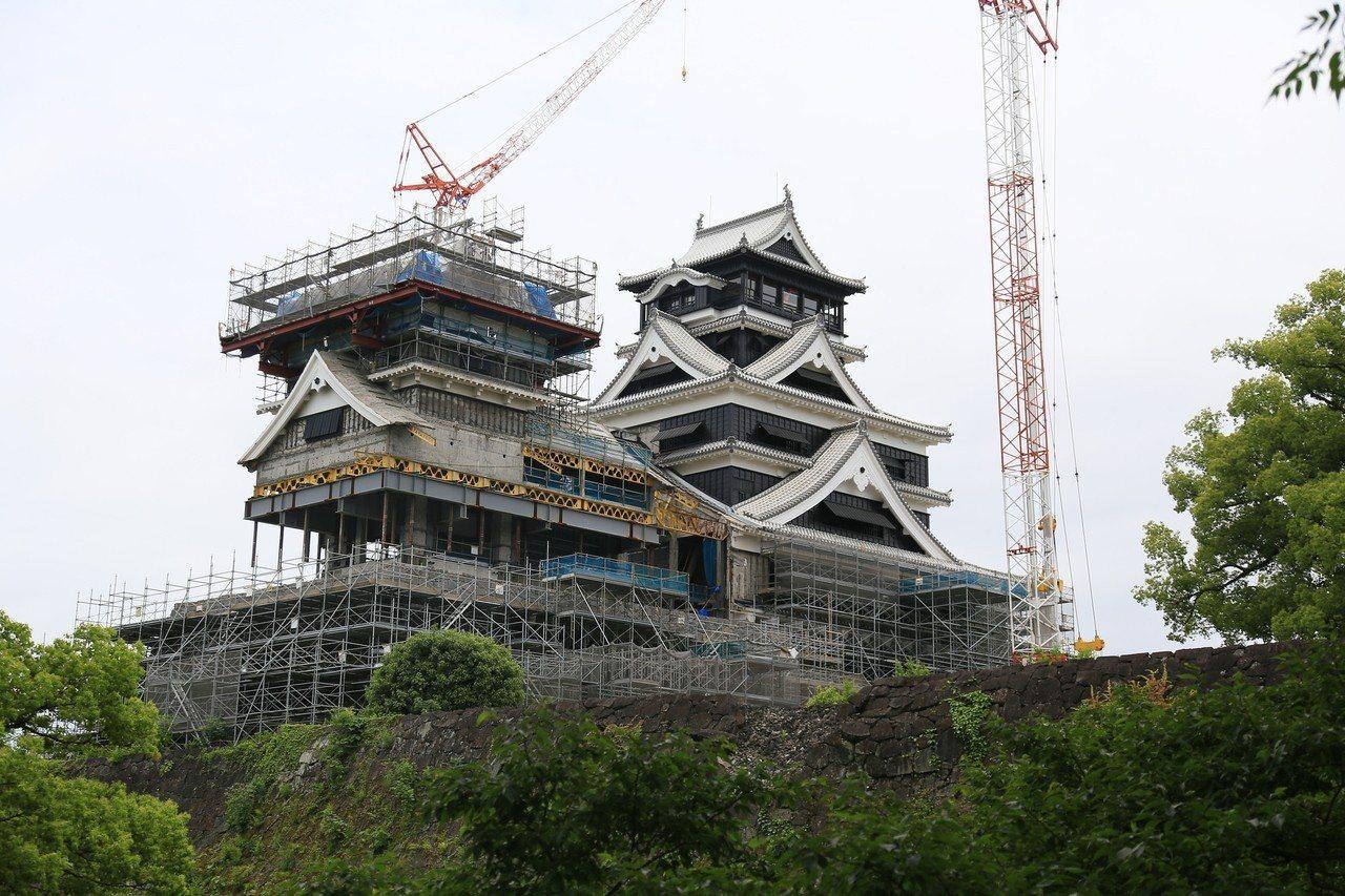 目前熊本城內主要建築正在修復中,大小天守閣預計今年10月開放觀光客入內參觀。 記...