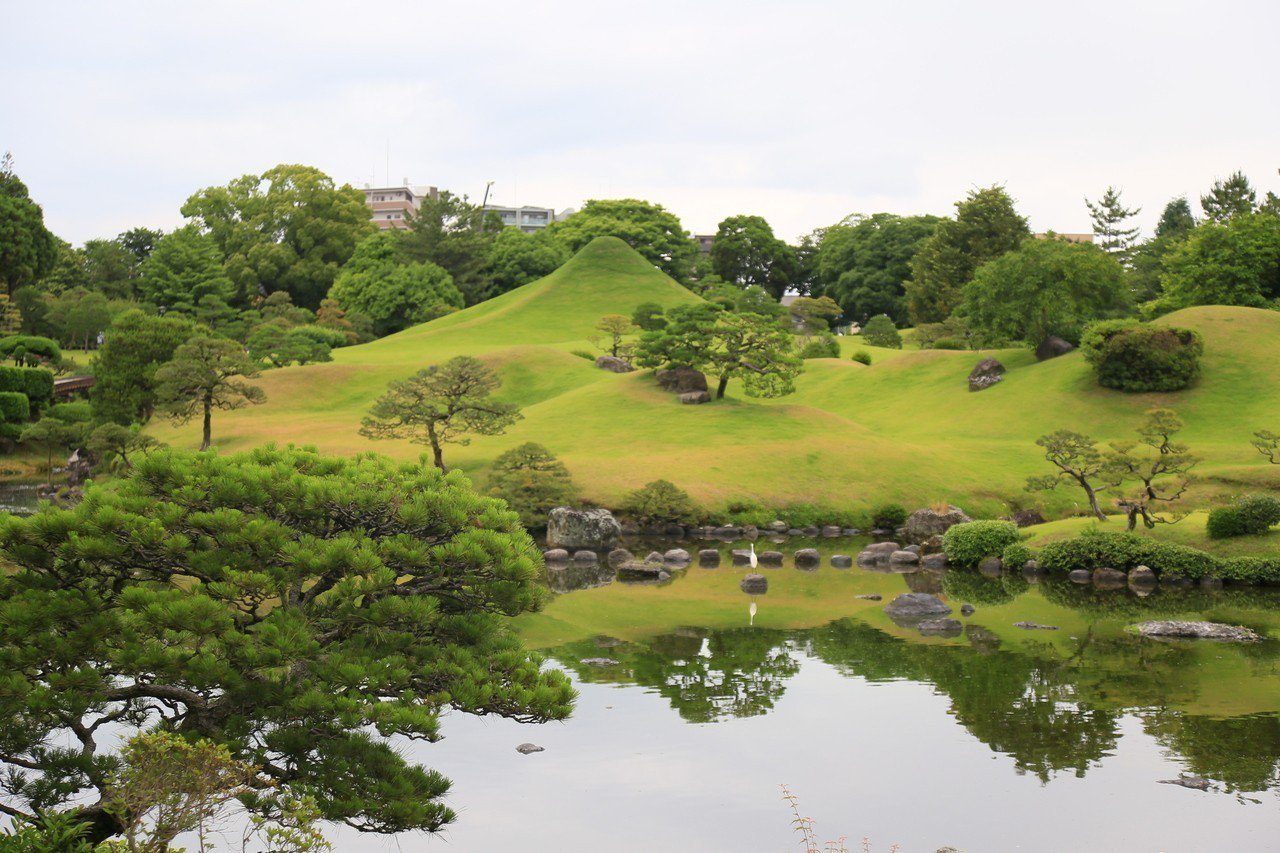 水前寺成趣園內的庭園是桃山式池泉迴遊庭園,望過去可見到迷你富士。 記者魏妤庭/攝...