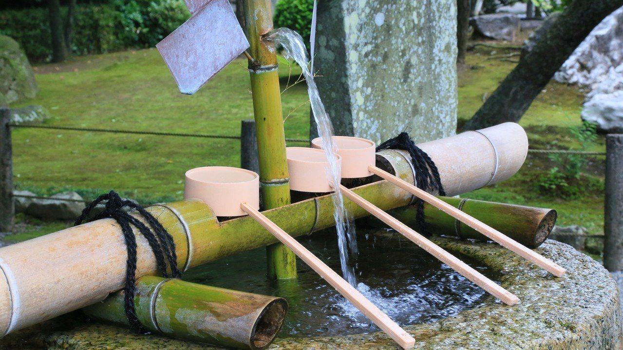水前寺成趣園內的水源是來自阿蘇火山地下水,又被稱長壽之水。 記者魏妤庭/攝影
