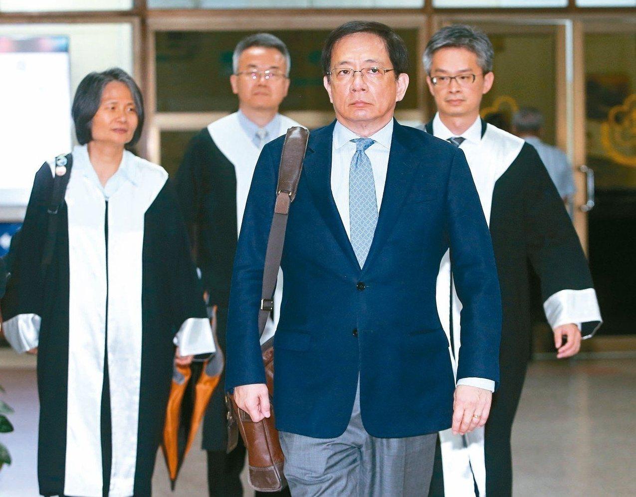 台大校長管中閔(前右)任政務官期間有酬為媒體撰寫論文,遭監察院以違法兼職彈劾。圖...