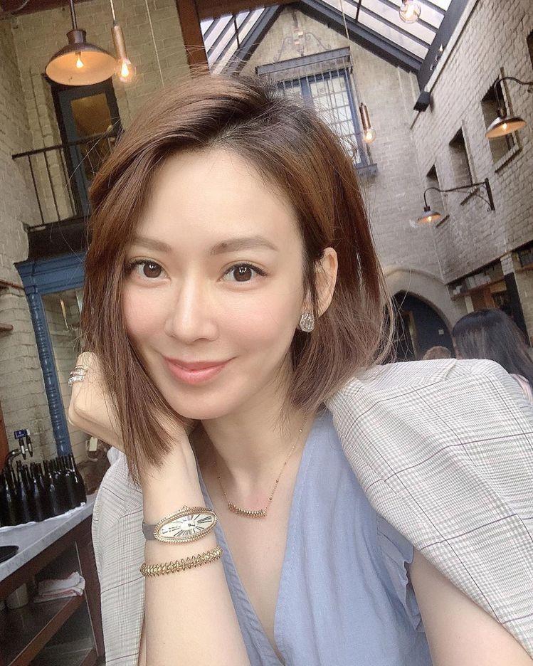 時尚媽咪Melody在IG發自拍照,配戴的卡地亞BAIGNOIRE ALLONG...