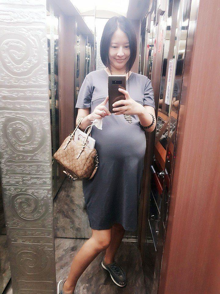 周采詩懷孕後期挺巨肚。圖/摘自臉書