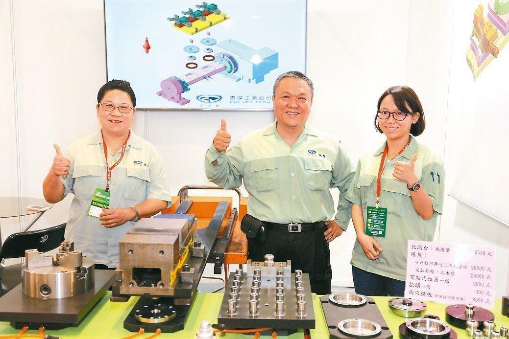 董事長陳明源(中)與太太,同心協力打造惠傑為中部地區知名的金屬精密加工標竿廠。 ...