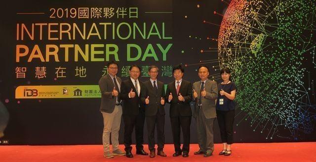經濟部工業局組長林俊秀(左三)、IPO Forum會長蕭國坤(左四)及貴賓,共同...