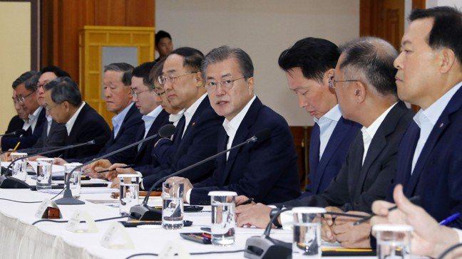 南韓總統文在寅(右4)向三星電子、SK集團、現代汽車和樂天集團等約30家公司的高...