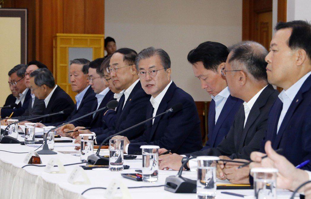 南韓總統文在寅向三星電子、SK集團、現代汽車和樂天集團等約30家公司的高管表示,...
