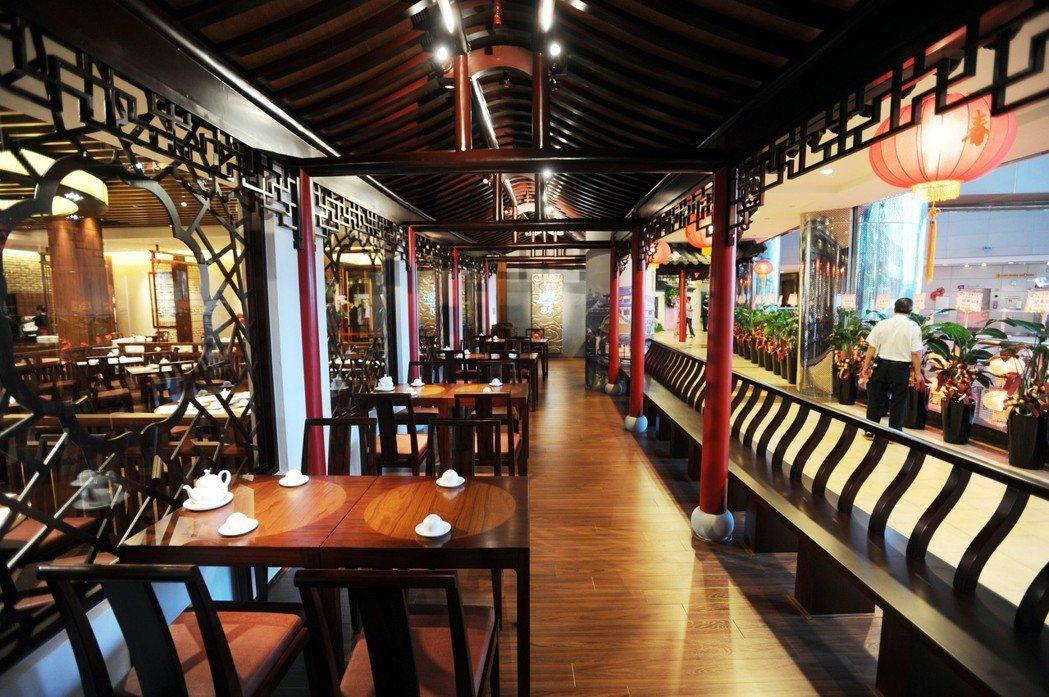 2010年9月3日揚州百年名店冶春茶社進駐台北,內部裝飾充滿「揚州味」的冶春茶社...