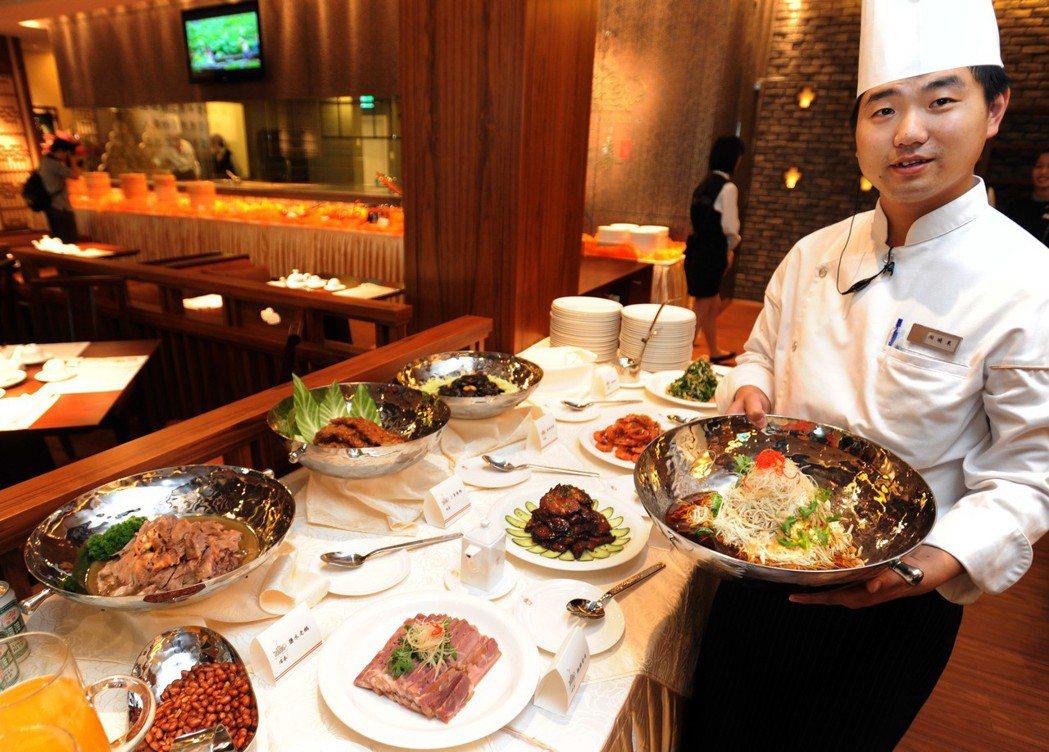 冶春茶社台北分店推出「紅樓宴」、「滿漢全席」等,以饗台北食客。 新華社
