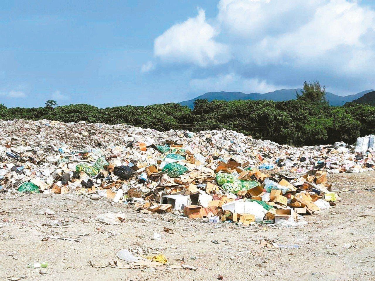 蘭嶼垃圾外運招標作業直到今年5月底才完成,導致島上垃圾堆積如山。 圖/台東縣環保...