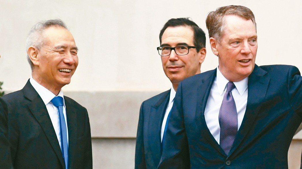 中國大陸副總理劉鶴(左起)已經和美國財政部長米努勤、美國貿易代表賴海哲通電話,討...