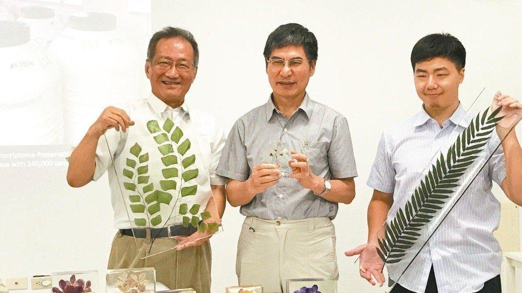 李家維(左)解說辜嚴倬雲植物保種中心收藏物種與標本保存方法。 記者潘乃欣/攝影