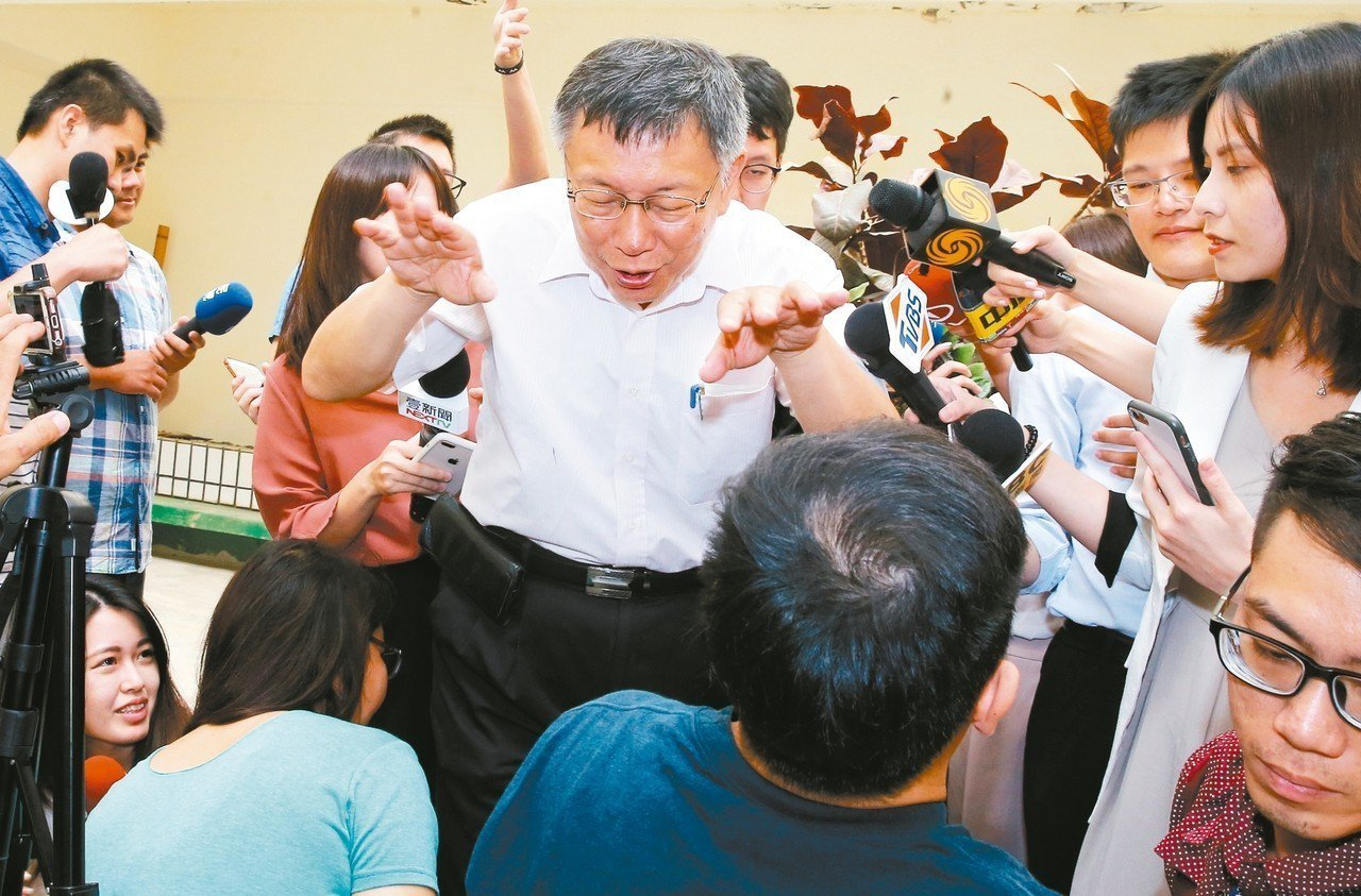 台北市長柯文哲上午接受媒體聯訪結束後,兩手往旁邊滑動高喊「我要游出去了」。 記者...