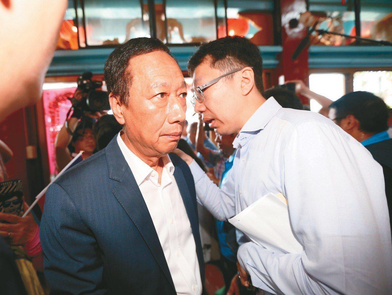 郭台銘訪基宜,兒子郭守正(右)全程陪同。 記者許正宏/攝影