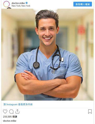 有「doctor.mike」之稱的Mikhail Varshavski醫師,曾被...