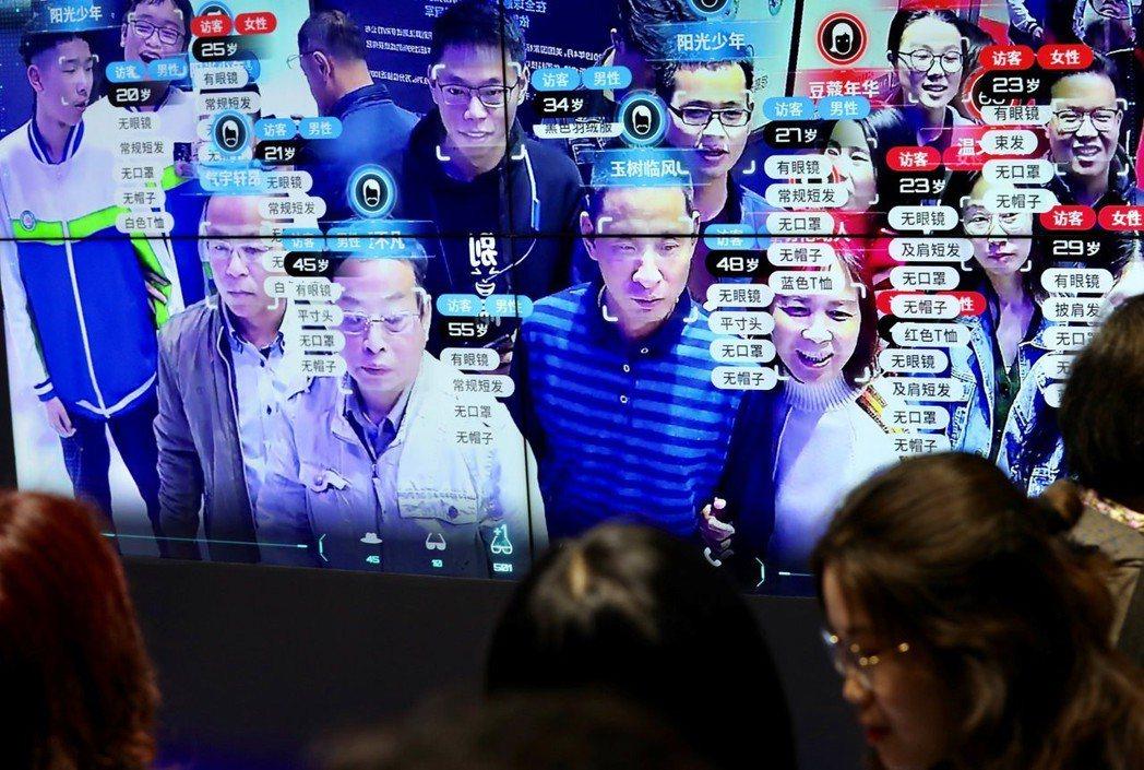 參訪者正在體驗2019年數字中國建設峰會的臉部辨識系統。 圖/路透社