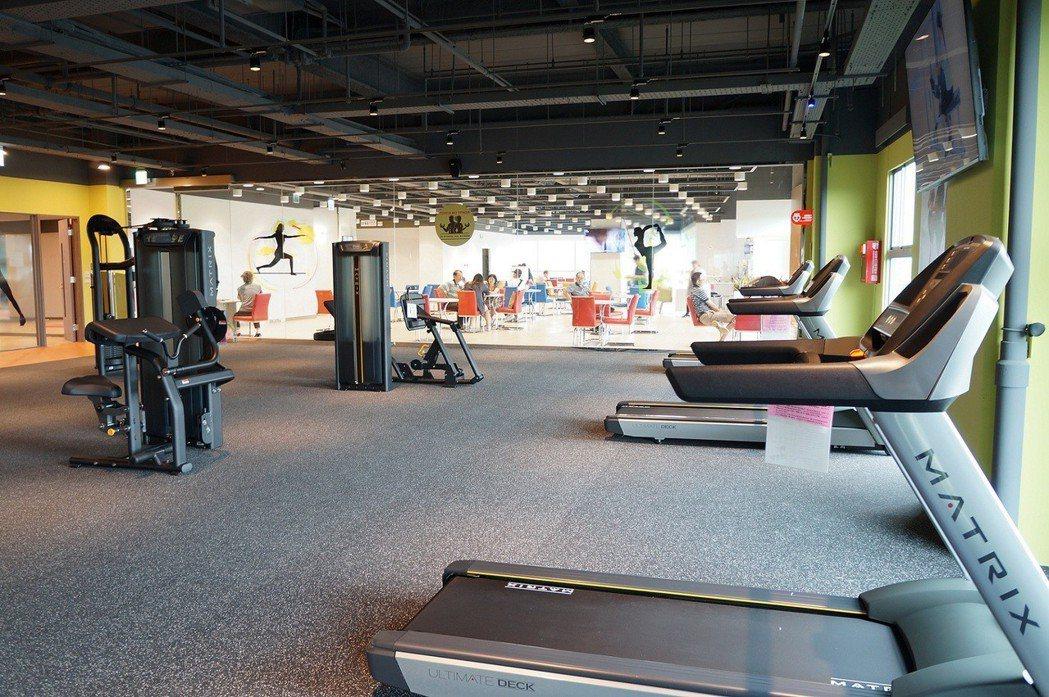 Toyota Sky Fitness建置飛輪教室、跑步機、重量訓練機、韻律教室、...