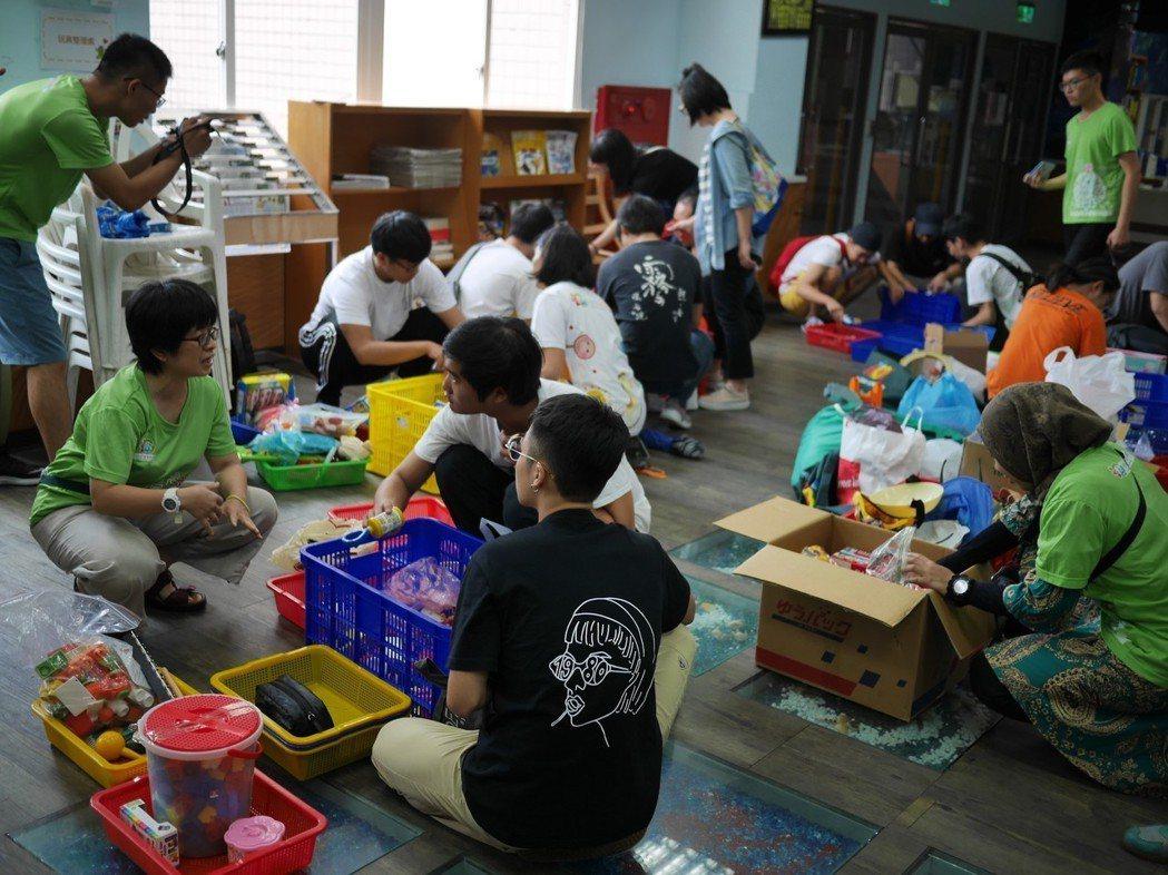 今年更有來台就學的史瓦帝尼、印尼、柬埔寨、泰國、緬甸等國籍的學生,加入將傳愛背包...