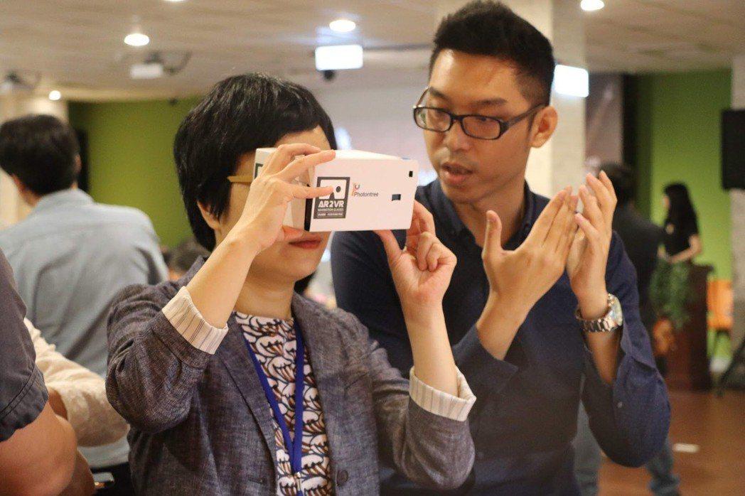 在獲得VR Hack Fest獎項後,阿寶的展示攤位成為最佳的銷售體驗點。 蔡尚...