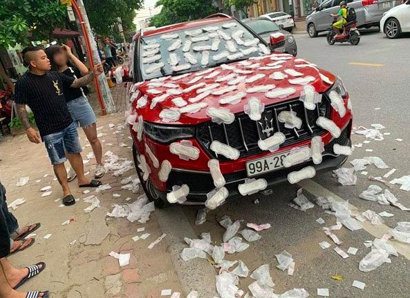 越南河內一名車主路邊違停,結果遭到人用「衛生棉」貼滿車身報復。圖擷自中國報