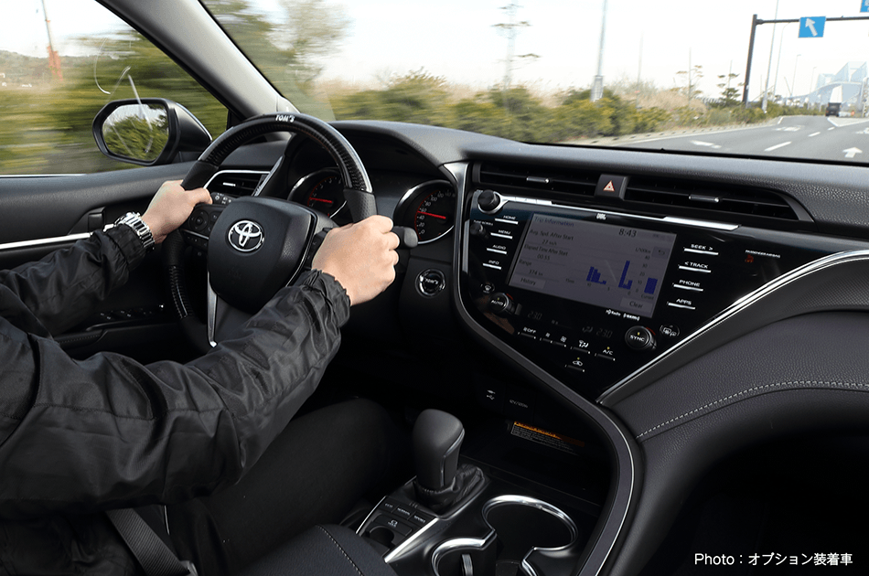 Tom's C35內裝還是保有Camry的舒適豪華感,且是象徵進口車的左駕。 摘...