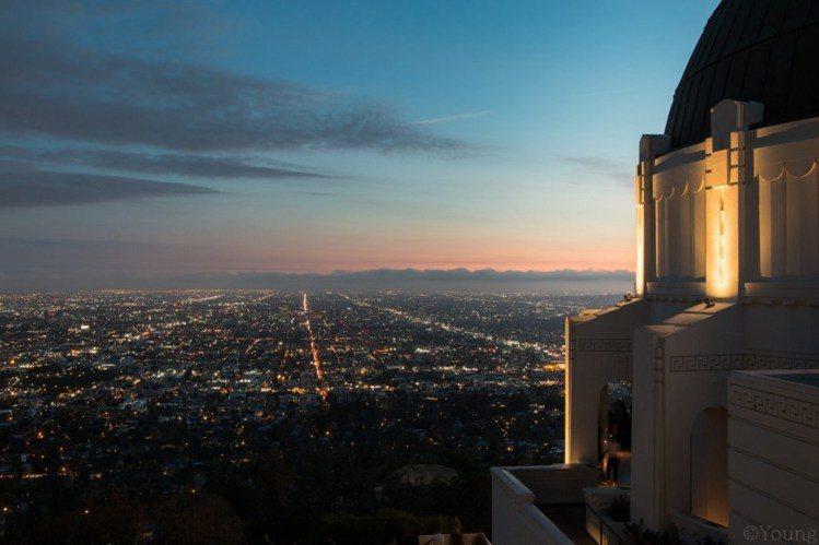 想要欣賞洛杉磯百萬夜景,就一定要來到格里斐斯天文台。圖/ flickr,女子學提...