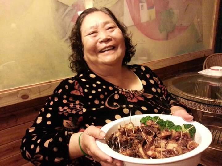 漢典食品總經理鍾紀銘的母親「阿珠嬤」有著拿手滷味的好廚藝。 漢典食品/提供