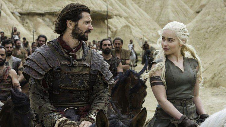 《冰與火之歌》系列影集也捧紅了當中飾演「龍女」的女主角Emilia Clarke...