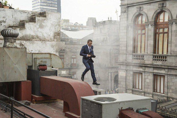 帥氣的龐德在一開場就在墨西哥市的大樓間展開槍擊追逐戰。圖/ imdb,女子學提供