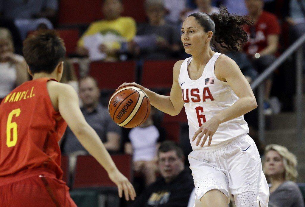 圖右為WNBA超級巨星,也是四屆奧運金牌得主柏德(Sue Bird)。 圖/路透...