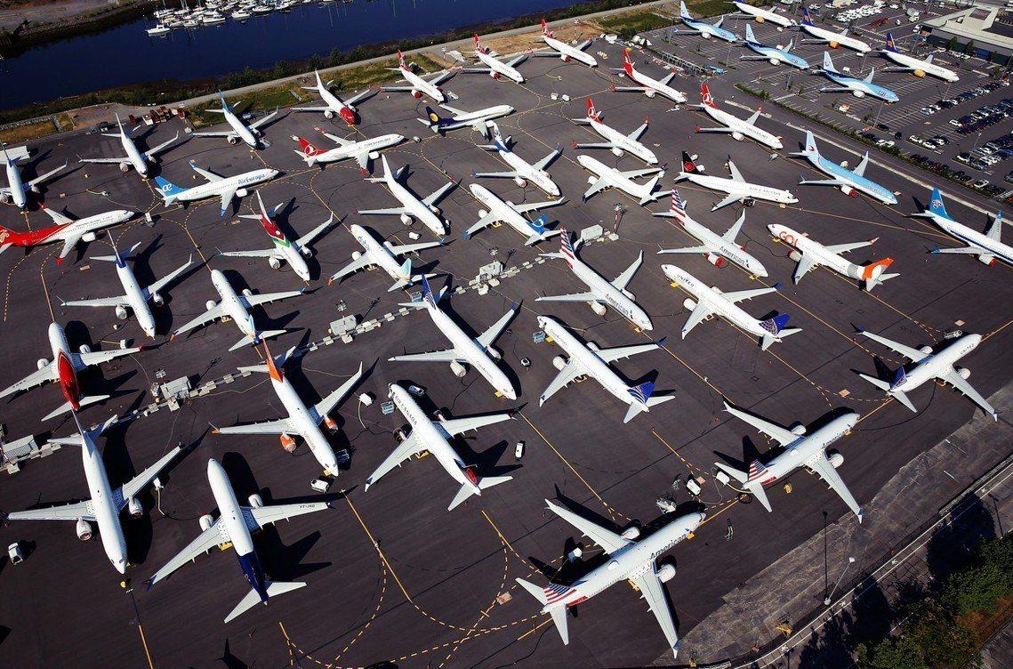 在西雅圖的製造工廠外頭,也就堆積如山地停著150多架待交機的全新 737 Max...
