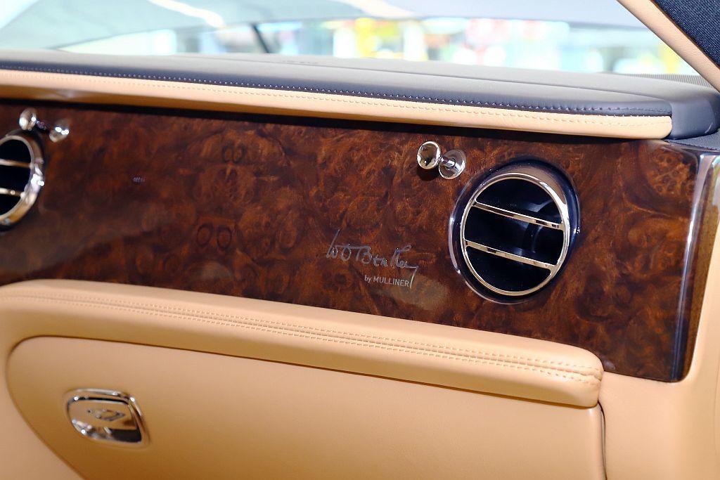 手寫字樣簽名亦出現在副駕駛座前方飾板、椅背處刺繡與車身外觀,蘊藏向Bentley...