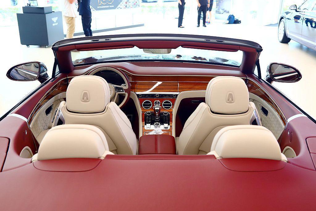 Bentley Continental GT Convertible亦具備車身標...