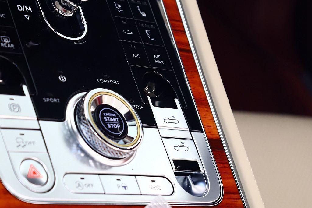 在行駛速度不超過50km/h的情況下,車頂可自動在19秒內開啟或關閉,只需輕觸啟...