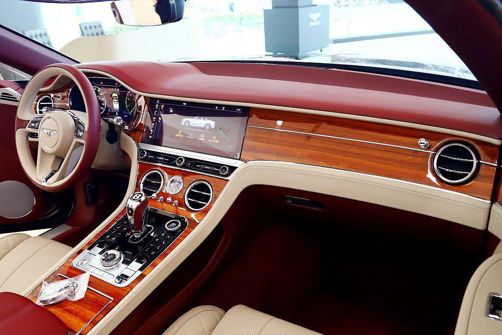 中控台12.3吋觸控螢幕整合車內信息娛樂系統,若選配「Bentley旋轉顯示幕」...
