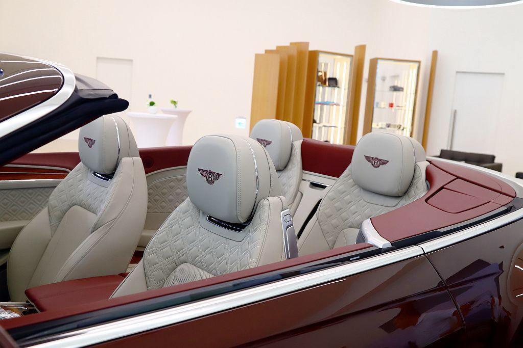 若選配「敞篷前座舒適套件」其頸部暖氣裝置能因應氣溫變化,於前座頭枕下方吹出暖風,...