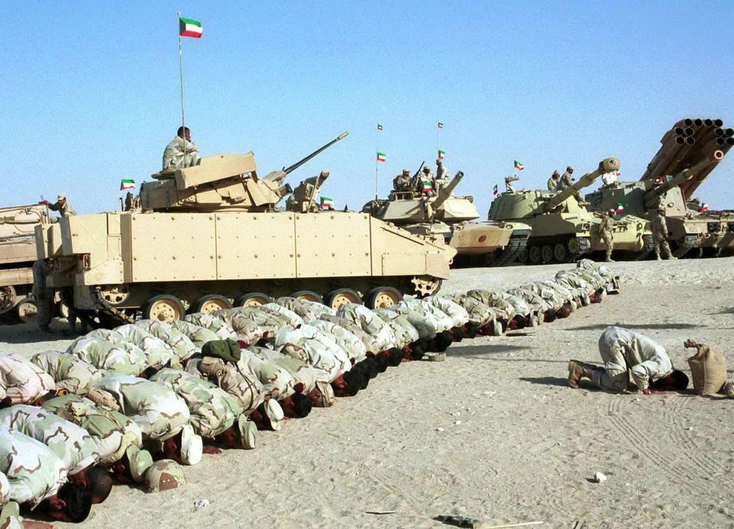 科威特士兵在M1A2戰車前禱告。 (路透)