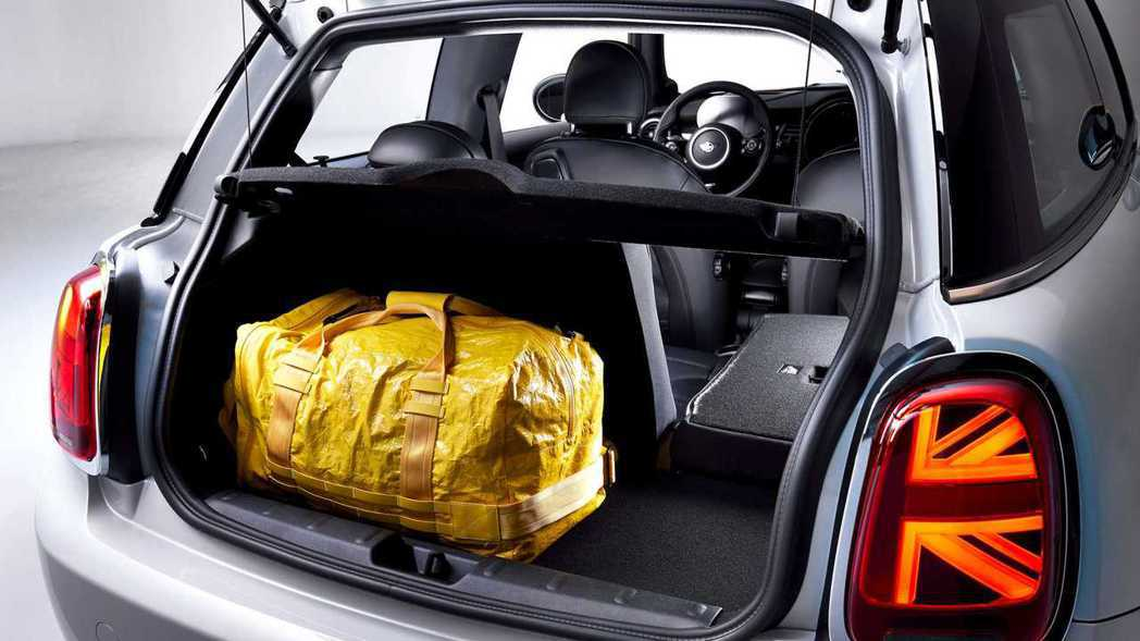 純電版MINI Cooper SE透過後座傾倒後,行李箱容量可提升至731公升。...