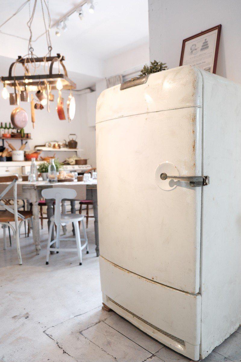(圖/台灣旅行趣) ▲白色的舊冰箱把手還能正常使用,變成另類的置物空間