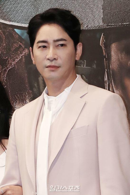 南韓男星姜至奐昨晚傳出因涉嫌性侵、猥褻2名女子,遭警方逮捕。圖/摘自南韓中央日報