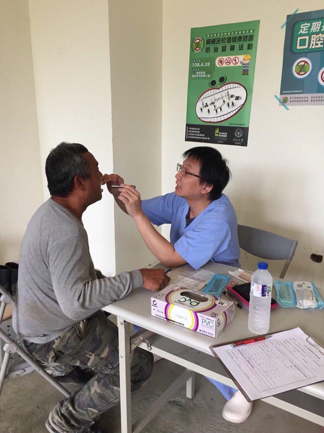 醫師吳伯彰(右)到工地為建築工人做口腔檢查。圖/澄清醫院中港院區提供